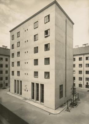 Klose-Hof_(Volkswohnhaus),_Wien_1924-25,_Architekt_Josef_Hoffmann,_Fotograf_Julius_Scherb,_Landesmuseum_Oldenburg