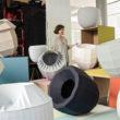 """""""Chcę tworzyć rzeczy, które ludzie będą kochali, które będą chcieli mieć i które będą chcieli przekazać kolejnym pokoleniom"""" deklaruje Hella Jongerius. Holenderska projektantka, gwiazda współczesnego dizajnu, mówi o sobie, że […]"""